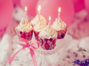 Velas de cumpleaños sobre unos cupcakes