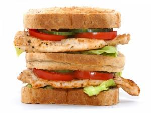 Doble sándwich con pollo y tomate