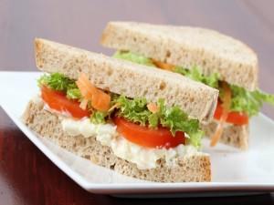 Emparedados con tomate, lechuga y mayonesa