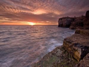 Amanecer visto desde unas rocas costeras