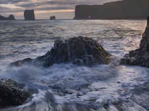 Agua de mar bañando las rocas