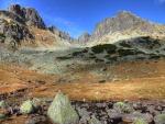Montañas rocosas bajo un cielo azul