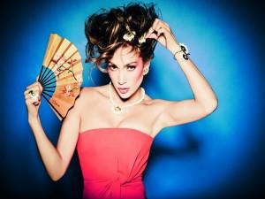 Jennifer Lopez con un abanico oriental y joyas de Tous