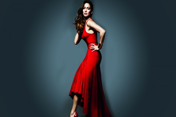 Jennifer Lopez con un vestido rojo