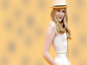Chloë Moretz con un sombrero blanco