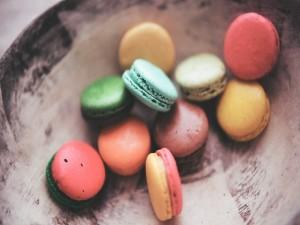 Pequeños macarons de varios colores