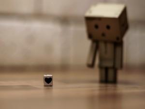 Danbo mirando un cubo con un corazón