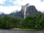 Gran cascada cayendo de lo alto de una montaña