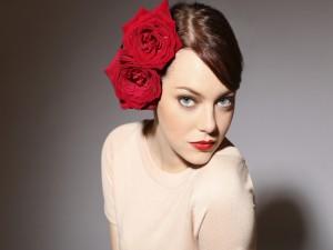 Emma Stone con dos rosas en el pelo