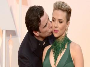 John Travolta besando a Scarlett Johansson (Oscars 2015)