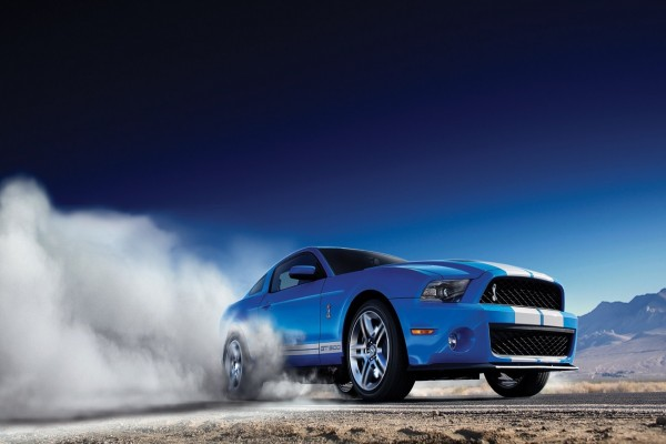 Ford Mustang Shelby GT 500 echando humo