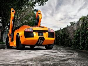 Lamborghini naranja con las puertas abiertas