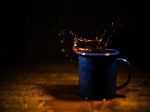 Taza azul con café