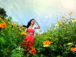 Mujer alegre en un campo de flores