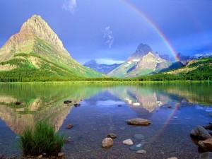 Arcoíris reflejado en el lago