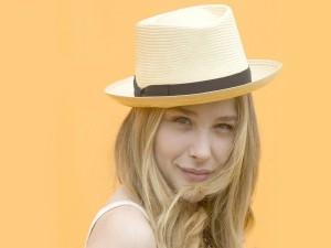 La actriz Chloë Moretz con un sombrero veraniego