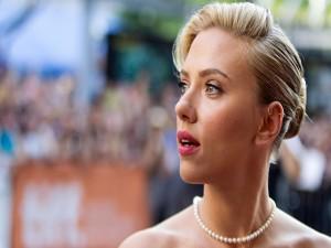 La actriz Scarlett Johansson con un bonito recogido