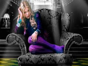 Chloë Moretz sentada en un sillón