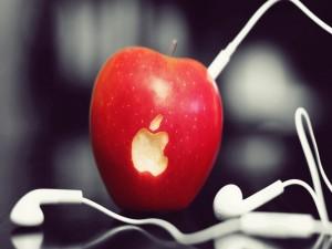Cascos conectados a una manzana con el logo de Apple