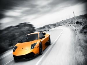 Lamborghini naranja en una carretera