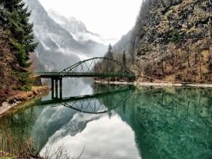 Puente reflejado en el río