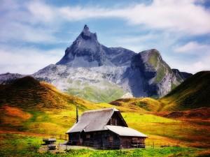 Casa a los pies de una bonita montaña