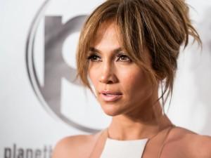 La cantante Jennifer Lopez con el pelo recogido