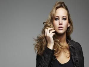 Jennifer Lawrence con semblante serio