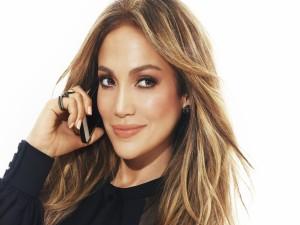 Jennifer Lopez hablando por el móvil