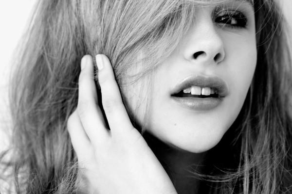 La cara de Chloë Moretz en blanco y negro