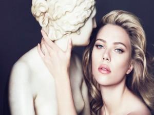 Scarlett Johansson junto a una estatua