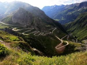 Carretera en la ladera de una montaña