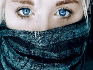 Mujer con un pañuelo en el rostro mostrando sus hermosos y expresivos ojos