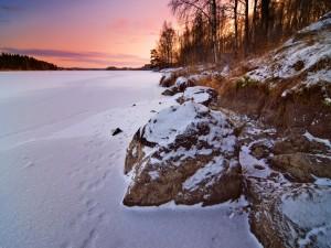 Lago congelado visto al amanecer