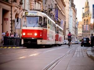 Tranvía en las calles de la ciudad de Praga (República Checa)