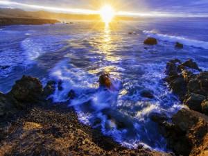 Sol iluminando el mar con sus rayos deslumbrantes
