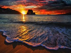 El sol del amanecer iluminando el cielo y el mar