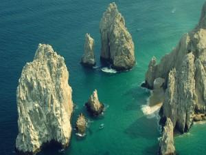 Pequeñas embarcaciones entre formaciones rocosas