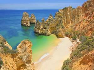 Pequeña playa solitaria entre rocas
