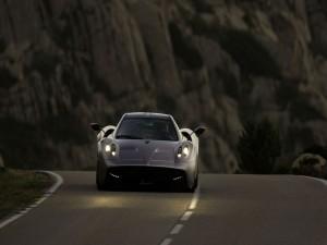 Pagani Huayra en una carretera al anochecer