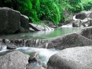Río fluyendo entre las rocas