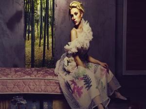 Scarlett Johansson con un vestido de flores