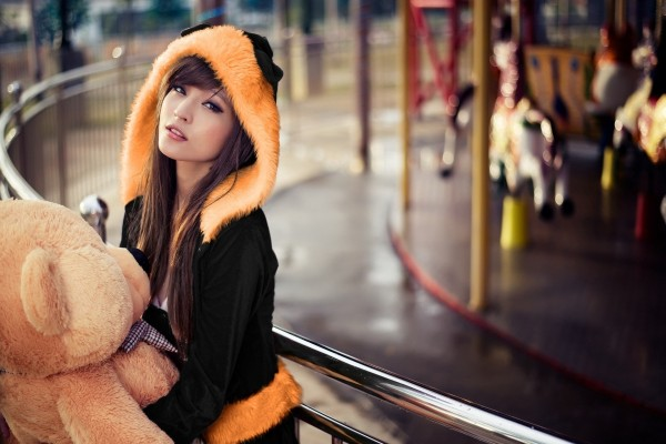 Chica con un oso de peluche gigante