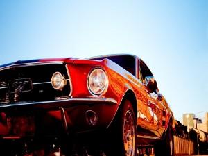 Un Mustang rojo brillante