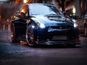 Nissan sobre el pavimento de una ciudad