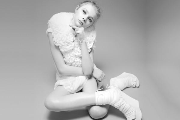 La actriz Chloë Moretz con vestido y zapatos de color blanco