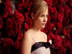 Chloë Moretz posando junto a unas rosas rojas