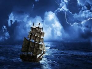 Barco en el mar en una noche de tormenta
