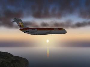 Aeronave MD-82 de Iberia volando sobre el mar al atardecer