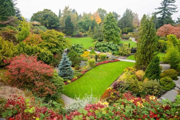 Bonito jardín con los colores del otoño